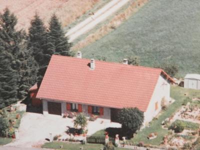 Vente proche BLETTERANS (39), maison individuelle 120 m² env., trois chambres, sur terrain 988 m², VUE AERIENNE