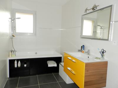 Vente LONS LE SAUNIER Nord (39), maison récente (2013), plain-pied 105 m² env. sur terrain 964 m², SALLE DE BAINS 7.50 m²