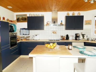 Secteur plaine JURASSIENNE (39), vends maison plain-pied 190 m² env., terrain 13580 m², CUISINE EQUIPEE
