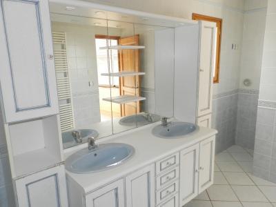 BLETTERANS (39140), maison en pierre, plain-pied 87 m², deux chambres, terrain 790 m²., SALLE DE BAINS ET DOUCHE
