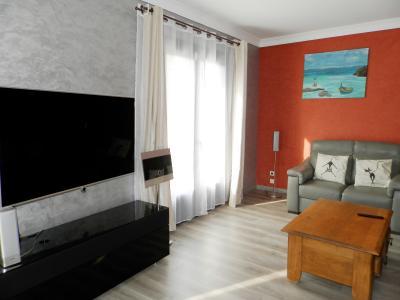 LONS LE SAUNIER (39) à 15 minutes, à vendre maison rénovée 300 m², 3 logements, terrain 13292 m²., SALON 1er étage