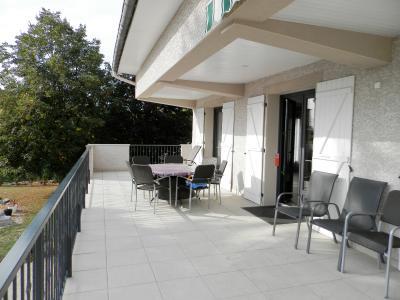 LONS LE SAUNIER (39) à 15 minutes, à vendre maison rénovée 300 m², 3 logements, terrain 13292 m²., TERRASSE couverte 1er étage