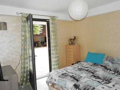 LONS LE SAUNIER (39) à 15 minutes, à vendre maison rénovée 300 m², 3 logements, terrain 13292 m²., CHAMBRE logement RDC