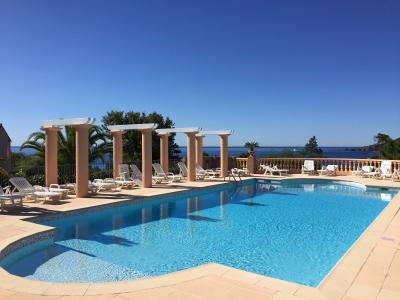Théoule sur Mer, (06 Alpes Maritimes)à vendre maison jumelée exposé plein sud vue mer, terrasse 20m2, piscine copropriété
