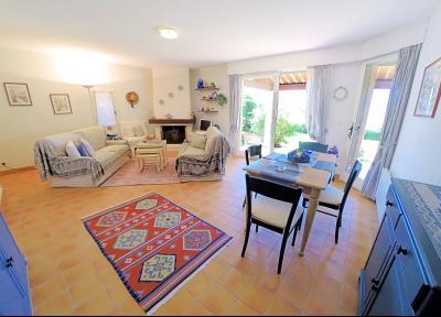 Théoule sur Mer, (06 Alpes Maritimes) à vendre maison vue mer, jardin 100m2 exposé sud, garage., séjour