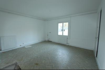 Lons-le-Saunier centre-ville (39 JURA), à vendre maison de ville de 6 pièces sur 239 m² de terrain., Chambre ou salle à manger 21 m²