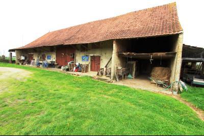 BELLEVESVRE (Saône-et-Loire)), à vendre ancienne ferme sur 7215 m² de terrain.,