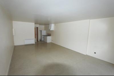 Poligny, vends Immeuble avec local commercial, bon rendement. Spécial investisseur, rendement 9%., PIECE DE VIE T2 bis - ETAGE 2