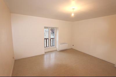 Poligny, vends Immeuble avec local commercial, bon rendement. Spécial investisseur, rendement 9%., CHAMBRE T2 bis - ETAGE 2