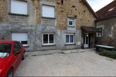Perrigny (39 JURA), à vendre maison comprenant de 2 logements indépendants avec jardin et garage., Parking et terrasse du T4