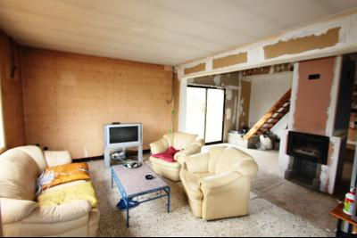 A 4 km du centre de Louhans, vends une maison à finir de rénover sur 2135 m² de terrain., COIN SALON