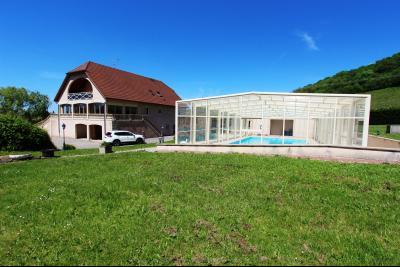 Vends maison contemporaine sur 2 hectares avec piscine chauffée, 6 chambres, proche Lons-le-Saunier., VENDRE SUR 2 HECTARES