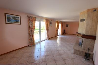 Vends maison contemporaine sur 2 hectares avec piscine chauffée, 6 chambres, proche Lons-le-Saunier., SEJOUR / SALON 44 m²