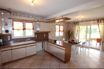 Vends maison contemporaine sur 2 hectares avec piscine chauffée, 6 chambres, proche Lons-le-Saunier., CUISINE INDEPENDANTE 24 m²