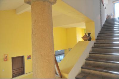 TOURNUS (Sud), à vendre MAISON ATYPIQUE PLEINE DE CHARME. EN BORD DE SAÔNE avec Vue Dégagée à 5 mn., Escalier