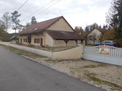 Chaussin, à vendre belle et grande ferme de 230m², 9 pièces, dépendances sur 4800m² de terrain clos., entrée propriété