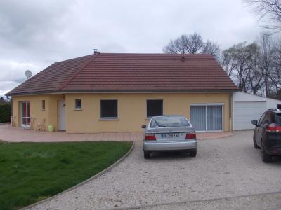 Secteur Chaumergy, vends agréable maison (2007) de 6 pièces, 110m², piscine sur 4200m² de terrain, vue avant maison