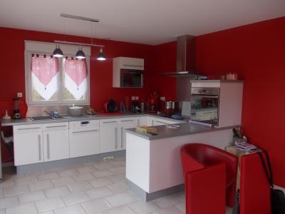 Secteur Chaumergy, vends agréable maison (2007) de 6 pièces, 110m², piscine sur 4200m² de terrain, cuisine équipée ouverte