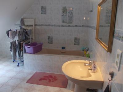 Secteur Chaumergy, vends confortable maison de 8 pièces, 190 m² sur terrain de 5000 m² clos., salle de bain