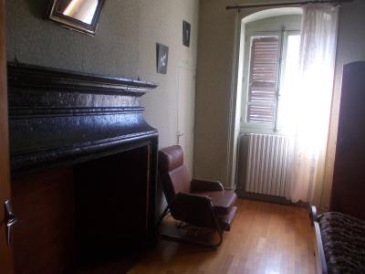 Secteur Sellières, vends belle maison en pierres de 1813, 5 pièces, 125m² sur 6000m² terrain clos, chambre 3 avec cheminée