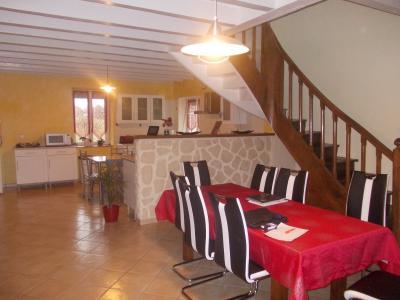 Secteur Chaussin, vends ferme reconditionnée de 7 pièces, 159m², dépendances sur terrain  de 4780 m², séjour sur cuisine