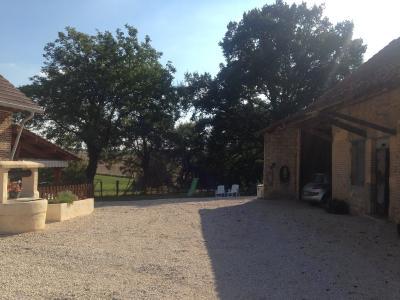 Secteur Chaussin, vends ferme reconditionnée de 7 pièces, 159m², dépendances sur terrain  de 4780 m², vue cour avec puits