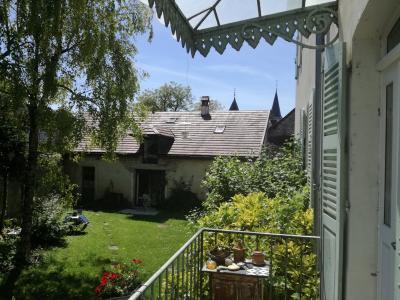 Sect. Cramans, vends grande maison avec gîte 8 + 4 pièces, 140 + 65m² sur 2400m² de terrain clos, vue du gîte de face