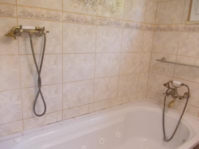 Secteur Chaussin vends maison de 5 pièces 85m², terrain clos de 1500m² avec 60m² de dépendances., salle de bain