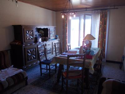 Sellières centre, à vendre maison en pierres de 5 pièces, 120m² habitables avec grande cave voutée., séjour avec balcon