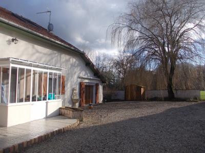 Chaussin à vendre confortable maison de 6 pièces, 170m², dépendances sur 12500m² de terrain clos., coté gauche