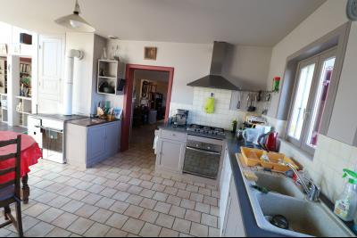 Chaumergy, à vendre très agréable maison de 7 pièces, 179m² sur 10060m² de terrain clos., cuisine équipée ouverte