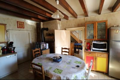 Secteur Chaussin, vends ancienne ferme de 7 pièces, 180m² , dépendances sur 2 hecatres de terrain., cuisine