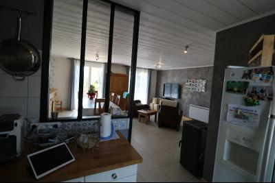 Chaumergy, à vendre agréable maison récente de 5 pièces, 95m² habitables, garage, 1400m² de terrain., vue sur séjour depuis cuisine