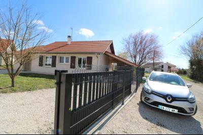 Chaumergy, à vendre agréable maison récente de 5 pièces, 95m² habitables, garage, 1400m² de terrain., vue coté droit avec portail électrique