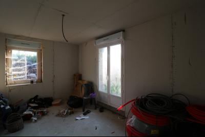 Proche Chaumergy, vends maison et ferme 75 et 150m² en cours de restauration sur 2750 m² de terrain., intérieur ferme à terminer