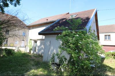 Chaussin centre, vends agréable maison de 6 pièces , dépendances, 90m² sur 500m² de terrain clos., vue arrière depuis jardin