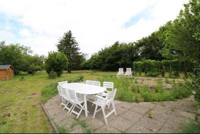 15 mn de Dole vends grande maison familiale de 220 et 150m² habitable dur 5600m² de terrain clos., vue jardin avec chalet/outils