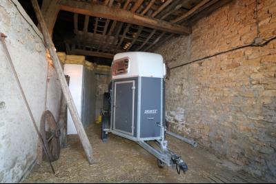 Poligny proche, vends ancienne ferme de 4 pièces, dépendances, boxes sur 6000m² de terrain., grange