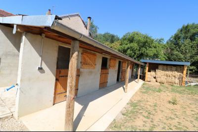 Poligny proche, vends ancienne ferme de 4 pièces, dépendances, boxes sur 6000m² de terrain., à droite 4 boxes avec sellerie