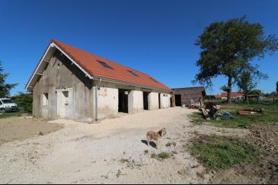 Secteur Chaumergy vends ancienne ferme à réaménager de 7 pièces, 200m² sur 5000m² de terrain., vue arrière