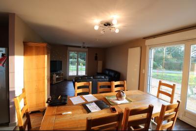 Secteur Chaussin, à vendre agréable maison récente (2008) de 7 pièces, 140m² sur 2000m² de terrain., séjour et salon