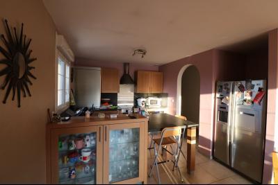 Secteur Chaussin, à vendre agréable maison récente (2008) de 7 pièces, 140m² sur 2000m² de terrain., cuisine depuis séjour
