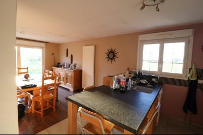 Secteur Chaussin, à vendre agréable maison récente (2008) de 7 pièces, 140m² sur 2000m² de terrain., cuisine équipée ouverte