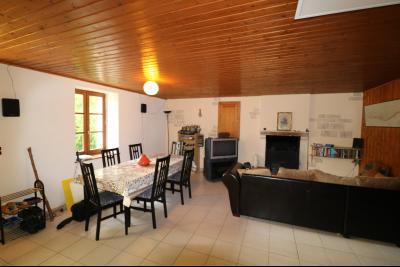 Chaussin à 2 kms vends ancienne ferme restaurée de 6 pièces, 132m² sur 2500m² de terrain clos., salon/séjour