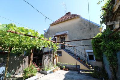Proche Arc-et-Senans, maison ancienne 13 pièces, 290m² terrain clos et aménagé de 940m²., terrasse intérieure