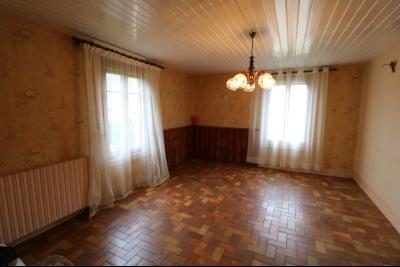 Secteur Poligny vends habitation de 4 pièces, 100m² et ferme 500m² sur 6800m² de terrain clos., coin salon