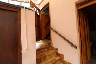 Secteur Poligny vends habitation de 4 pièces, 100m² et ferme 500m² sur 6800m² de terrain clos., accès étage