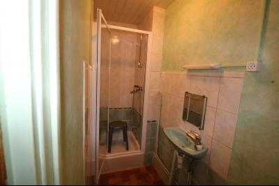 Secteur Poligny vends habitation de 4 pièces, 100m² et ferme 500m² sur 6800m² de terrain clos., salle d