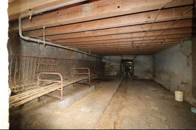 Secteur Poligny vends habitation de 4 pièces, 100m² et ferme 500m² sur 6800m² de terrain clos., écurie