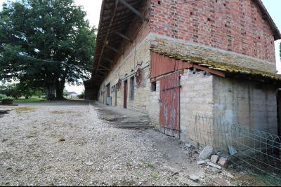 Secteur Poligny vends habitation de 4 pièces, 100m² et ferme 500m² sur 6800m² de terrain clos., vue de coté
